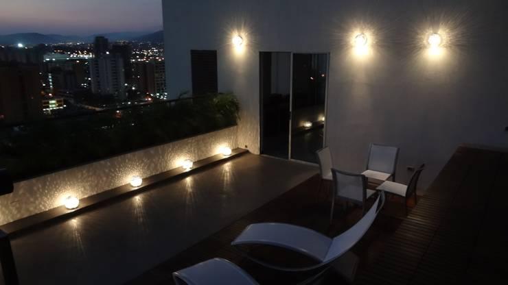 Microcemento y Madera: Balcones y terrazas de estilo  por AUTANA arquitectos