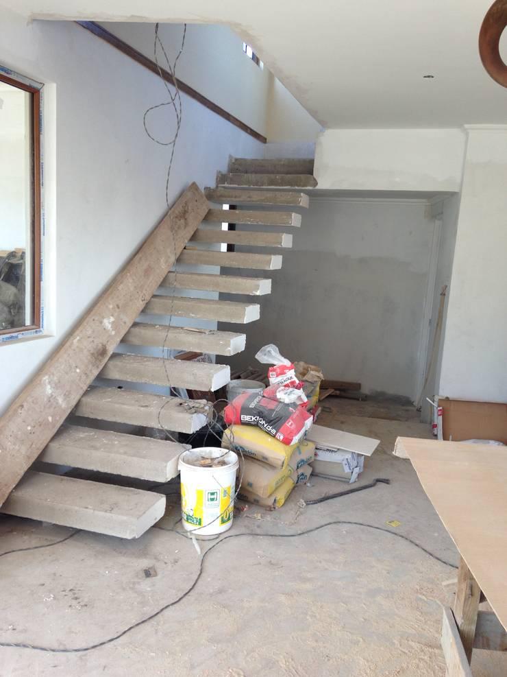 Escalera de hormigon armado: Escaleras de estilo  por Minimodo