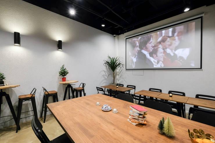 NUTS COFFEE 인테리어: 도시공간연구소의  다이닝 룸,
