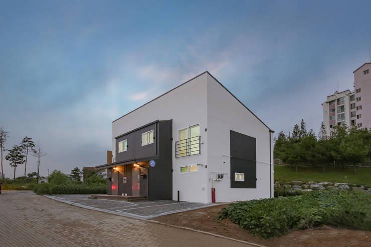 한 지붕 두 가족, 듀플렉스 주택: 공간제작소(주)의  목조 주택,