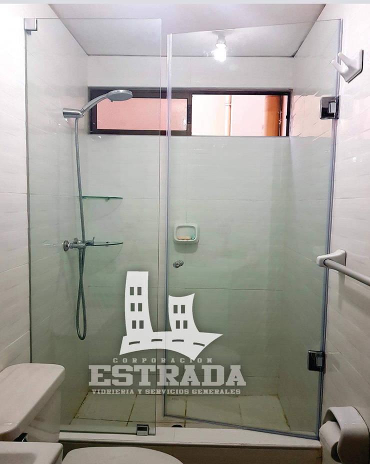 PUERTAS DE DUCHA BATIENTE EN  VIDRIO TEMPLADO: Baños de estilo  por VIDRIERIA CORPORACIÓN ESTRADA