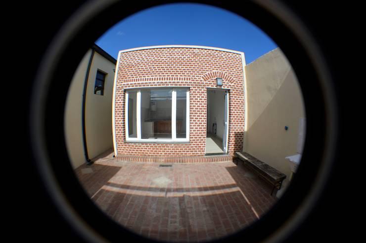 Fachada (Norte): Casas pequeñas de estilo  por Casas del Sol,