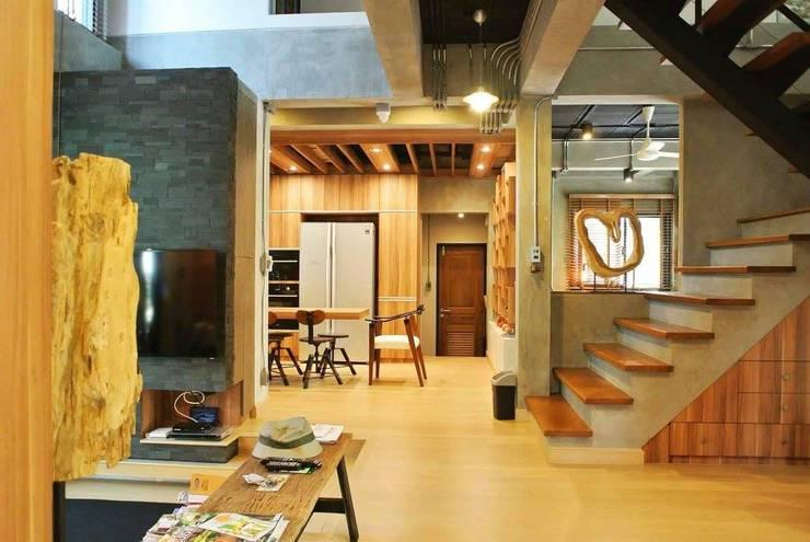 ห้องนั่งเล่นและห้องครัว:   by Nourish House