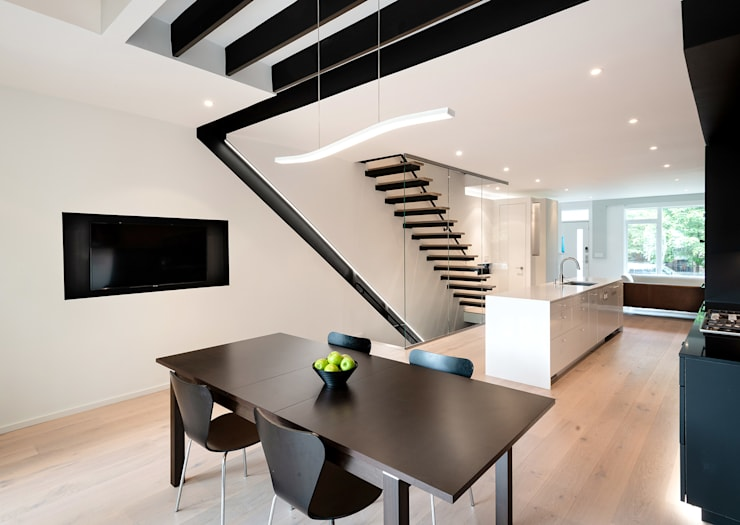 Black White Light:  Dining room by KUBE Architecture, Modern