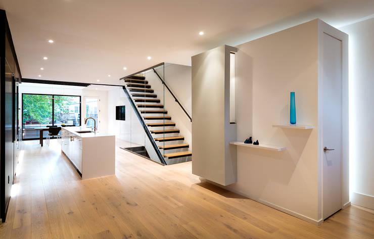 Black White Light:  Living room by KUBE Architecture, Modern