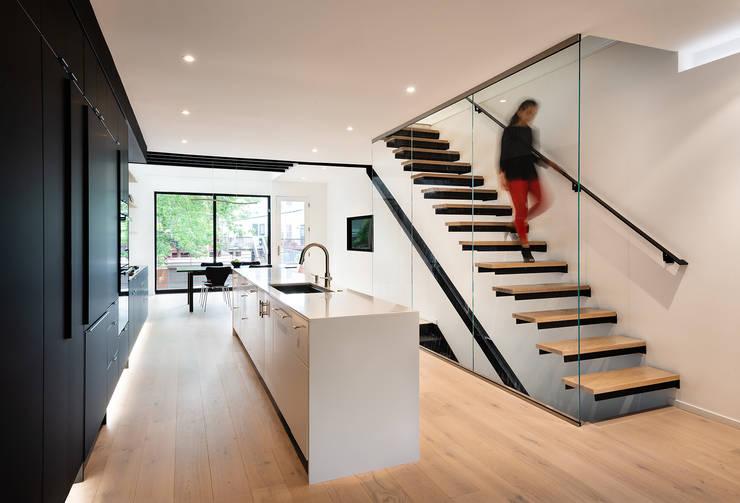 Black White Light:  Kitchen by KUBE Architecture, Modern