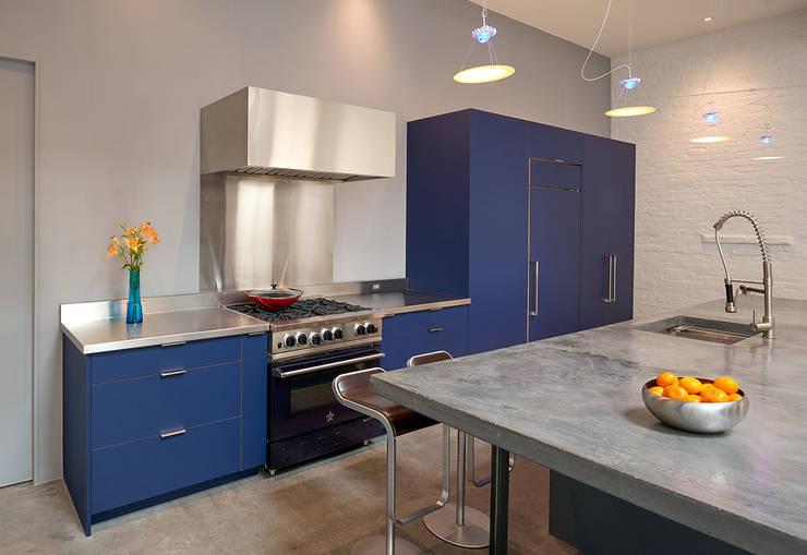 AutoHaus:  Kitchen by KUBE Architecture, Modern