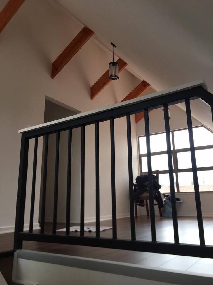 Remodelación Casa San Bernardo: Escaleras de estilo  por Constructora Crowdproject
