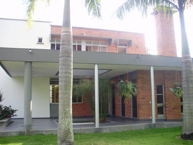 Costado Norte de DESIGNIO Arquitectura + Objetos Tropical Ladrillos
