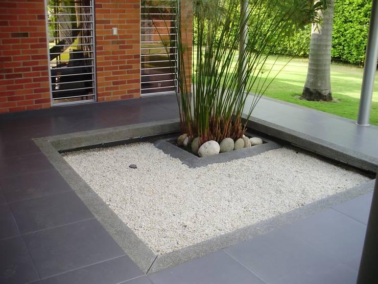 Patio acceso de DESIGNIO Arquitectura + Objetos Tropical Cuarzo