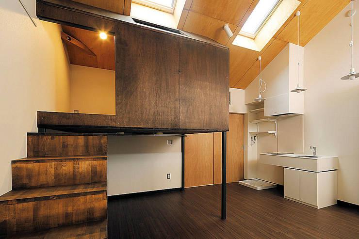 Cuartos pequeños de estilo  por 一級建築士事務所 感共ラボの森, Ecléctico Madera Acabado en madera