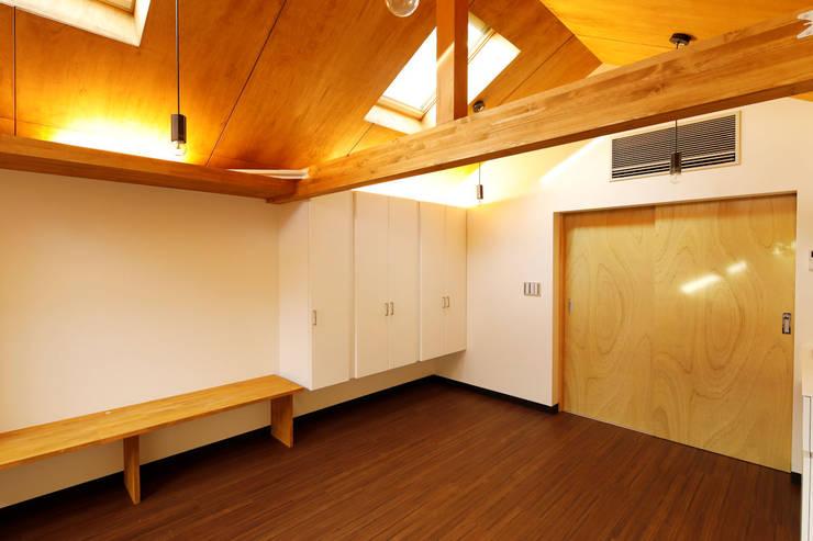 Cuartos pequeños de estilo  por 一級建築士事務所 感共ラボの森, Asiático Madera Acabado en madera