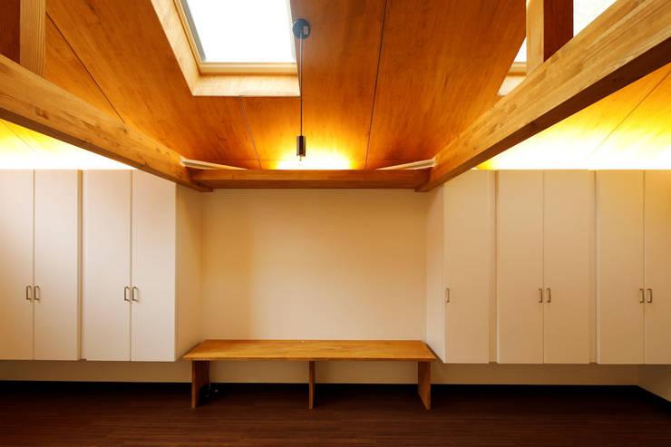 Salas / recibidores de estilo  por 一級建築士事務所 感共ラボの森, Escandinavo Madera Acabado en madera