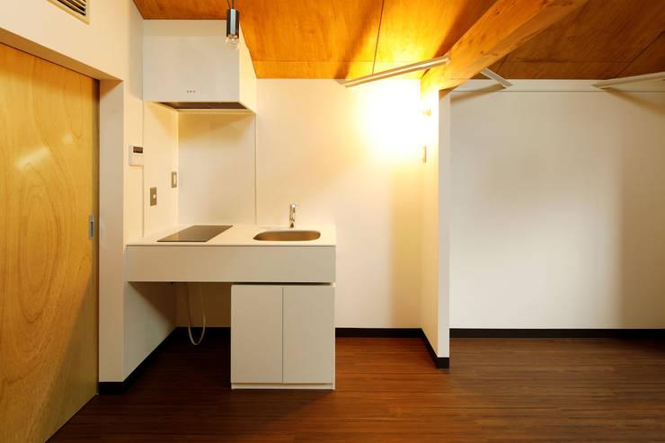 Cocinas pequeñas de estilo  por 一級建築士事務所 感共ラボの森, Moderno