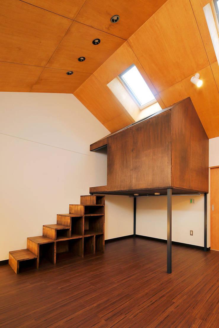 Cuartos de estilo  por 一級建築士事務所 感共ラボの森, Escandinavo Madera Acabado en madera