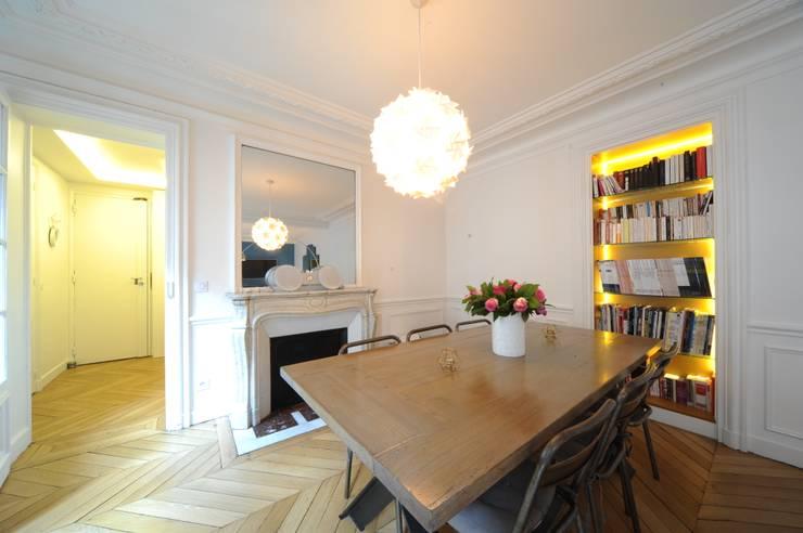 Salon/salle à manger: Salle à manger de style  par Créateurs d'interieur