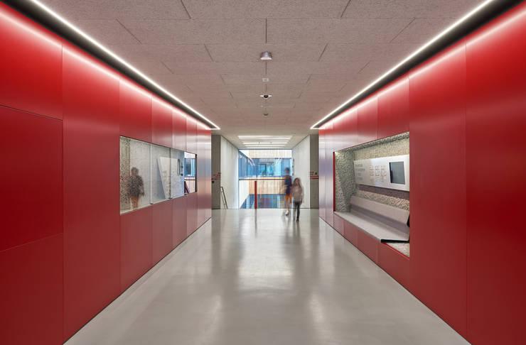 Couloir et hall d'entrée de style  par Franz&Sue