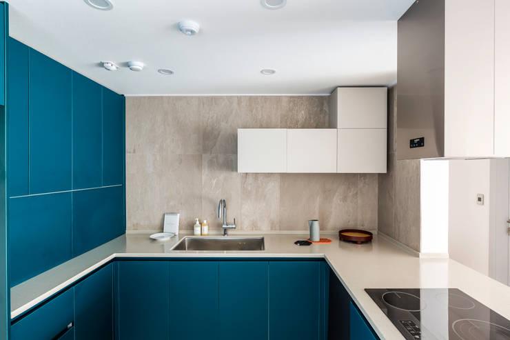Nhà bếp phong cách hiện đại bởi 아파트멘터리 Hiện đại