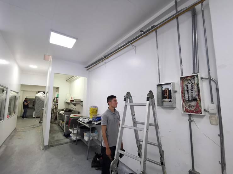 Instalación Electrica especial :  de estilo  por Santana Electricista