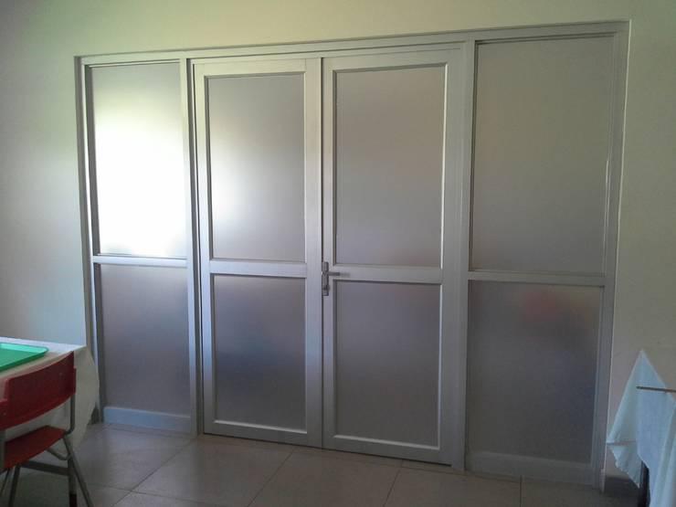 Mampara de Aluminio en Casino de oficiales Base Aerea Maquehue. Padre Las Casas: Puertas y ventanas de estilo  por CEC Espinoza y Canales LTDA
