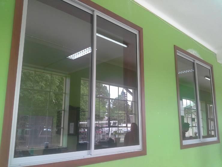 Ventanales para oficinas Inspectoria Liceo Bicentenario, Temuco: Puertas y ventanas de estilo  por CEC Espinoza y Canales LTDA