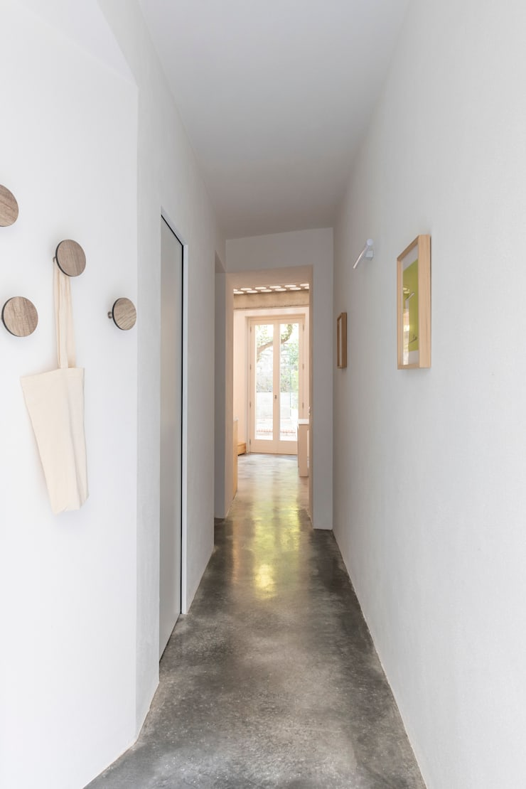 Koridor dan lorong oleh Cristina Meschi Architetto, Minimalis Beton