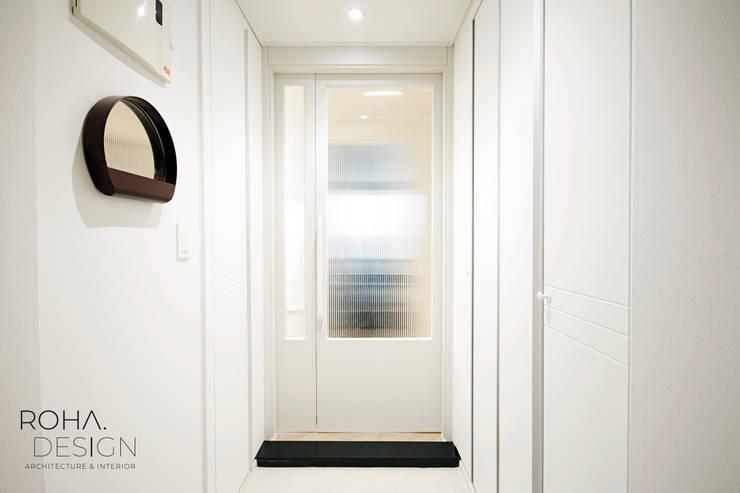 부산 홈스타일링 인테리어 - 집은 주인을 닮는다.: 로하디자인의  복도 & 현관,