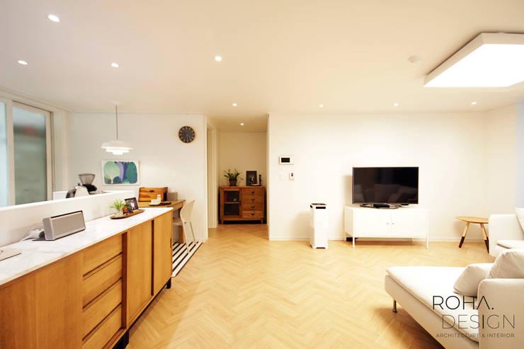 부산 홈스타일링 인테리어 – 집은 주인을 닮는다.: 로하디자인의  거실,
