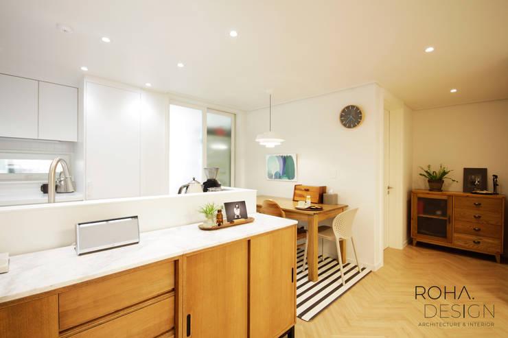 부산 홈스타일링 인테리어 – 집은 주인을 닮는다.: 로하디자인의  다이닝 룸,