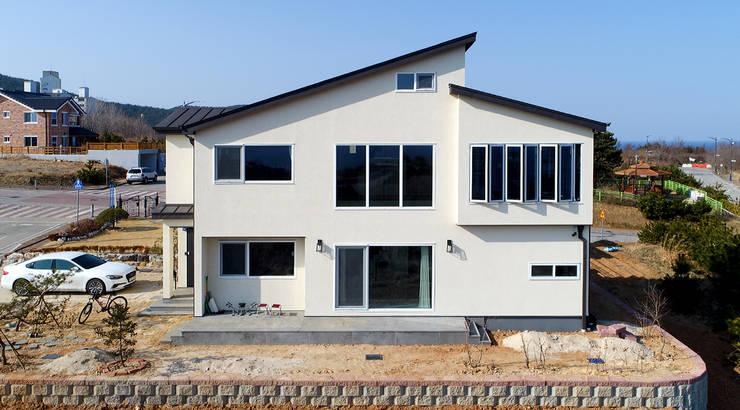 주택외부: 더존하우징의  전원 주택,