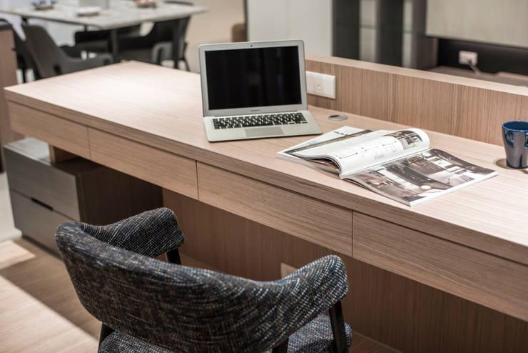 三發地產建設-三發匯世界:  客廳 by SING萬寶隆空間設計,
