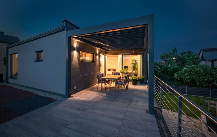 ÖKOLOGISCHES HOLZHAUS AUS STROH UND LEHM IN WIEN STAMMERSDORF Moderner Balkon, Veranda & Terrasse von AL ARCHITEKT - in Wien Modern Holz Holznachbildung
