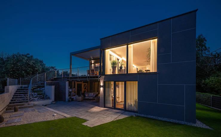 ÖKOLOGISCHES HOLZHAUS AUS STROH UND LEHM IN WIEN STAMMERSDORF Moderne Häuser von AL ARCHITEKT - in Wien Modern