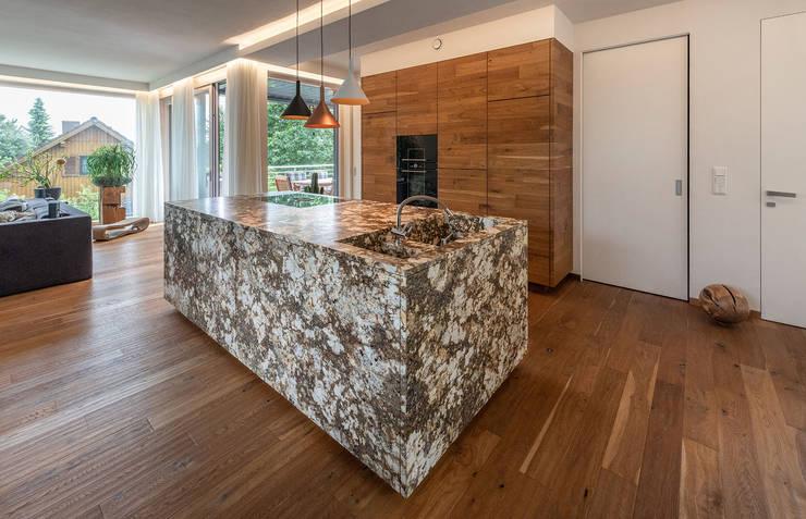 ÖKOLOGISCHES HOLZHAUS AUS STROH UND LEHM IN WIEN STAMMERSDORF Moderne Küchen von AL ARCHITEKT - in Wien Modern Marmor