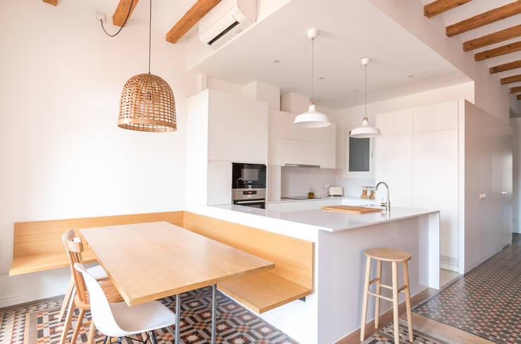 Córcega Cocinas de estilo escandinavo de Piedra Papel Tijera Interiorismo Escandinavo