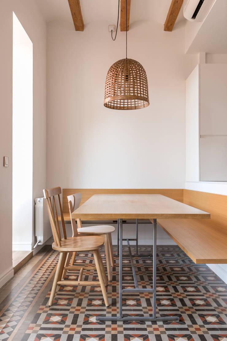 Córcega Comedores de estilo escandinavo de Piedra Papel Tijera Interiorismo Escandinavo