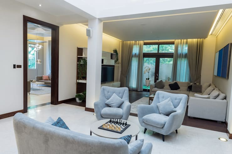 Living Room:  Living room by We Style Middle East, Modern