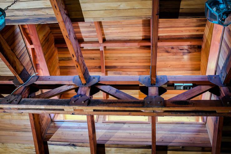Vigas a la vista en roble de demolición: Paisajismo de interiores de estilo  por Cauco Woods & Design