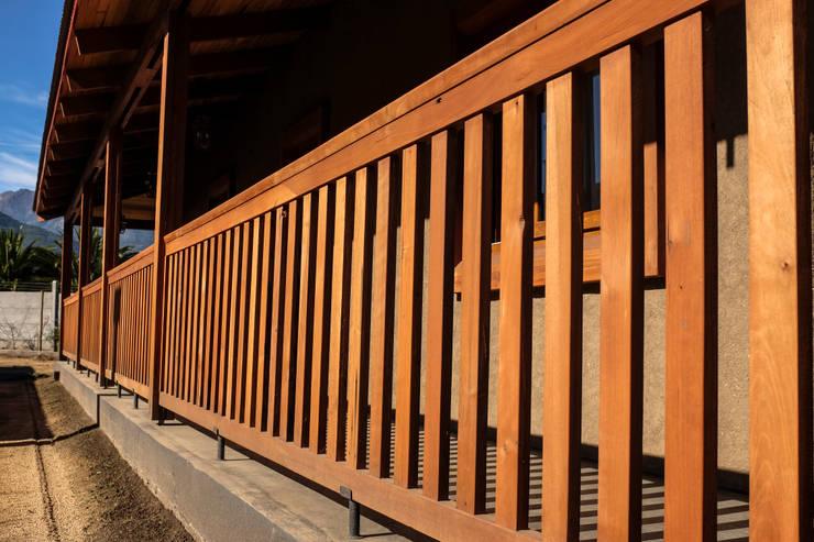 Baranda de madera: Terrazas  de estilo  por Cauco Woods & Design