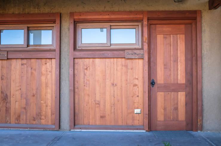 Puertas y rebestimientos de madera : Puertas y ventanas de estilo  por Cauco Woods & Design