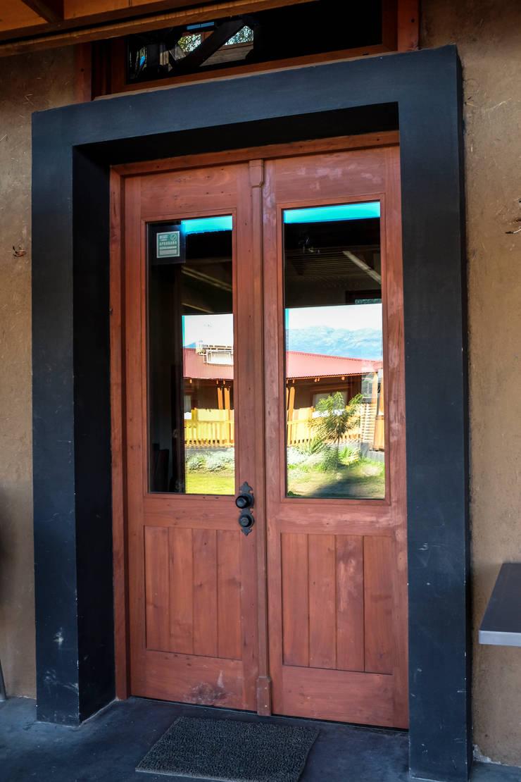 Puerta de acceso a Quincho: Puertas y ventanas de estilo  por Cauco Woods & Design