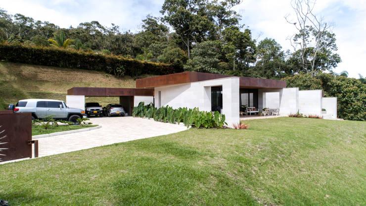 CASA ENTREMUROS: Casas de estilo  por BASSICO ARQUITECTOS,