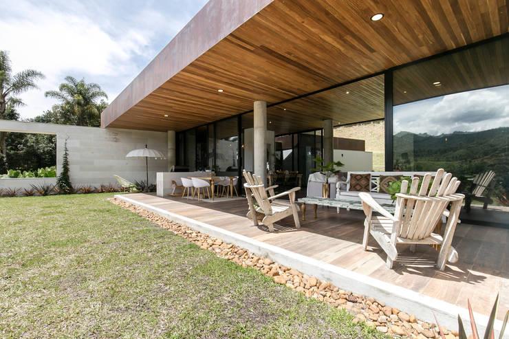 CASA ENTREMUROS: Terrazas de estilo  por BASSICO ARQUITECTOS,