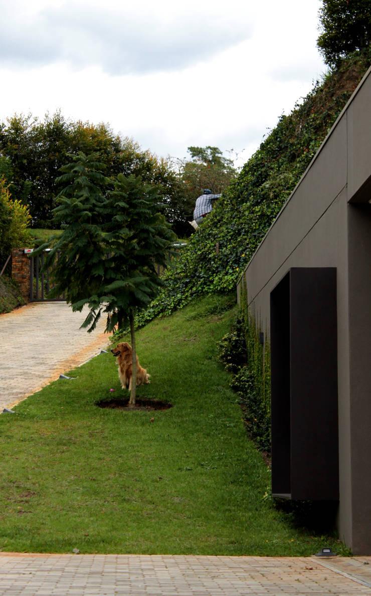 CASA C4: Casas unifamiliares de estilo  por BASSICO ARQUITECTOS,
