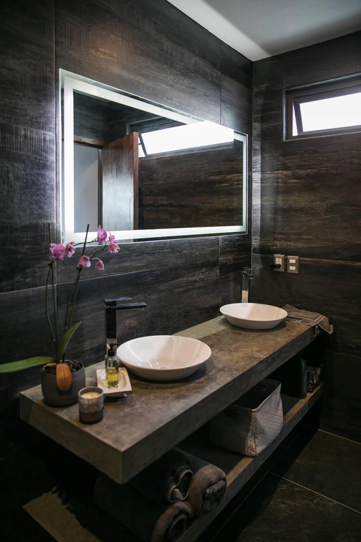 Bagno minimalista di 21arquitectos Minimalista