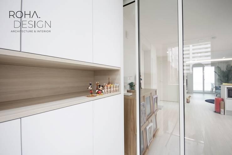 부산 신혼집 인테리어 - 24평 아파트 인테리어: 로하디자인의  복도 & 현관,