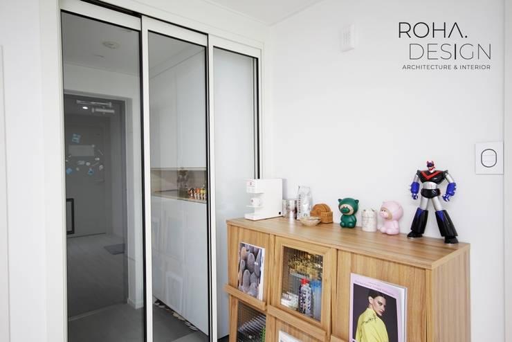 부산 신혼집 인테리어 – 24평 아파트 인테리어: 로하디자인의  복도 & 현관,