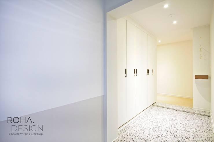 부산 베이직하고 심플한 인테리어 디자인: 로하디자인의  복도 & 현관,