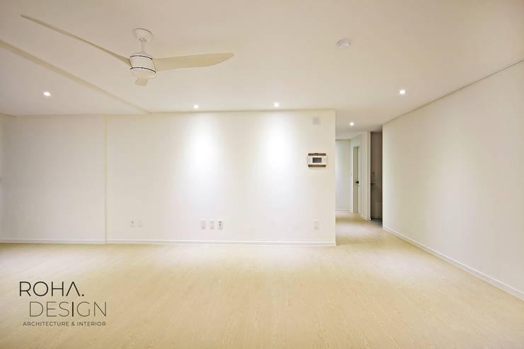 부산 베이직하고 심플한 인테리어 디자인: 로하디자인의  거실,