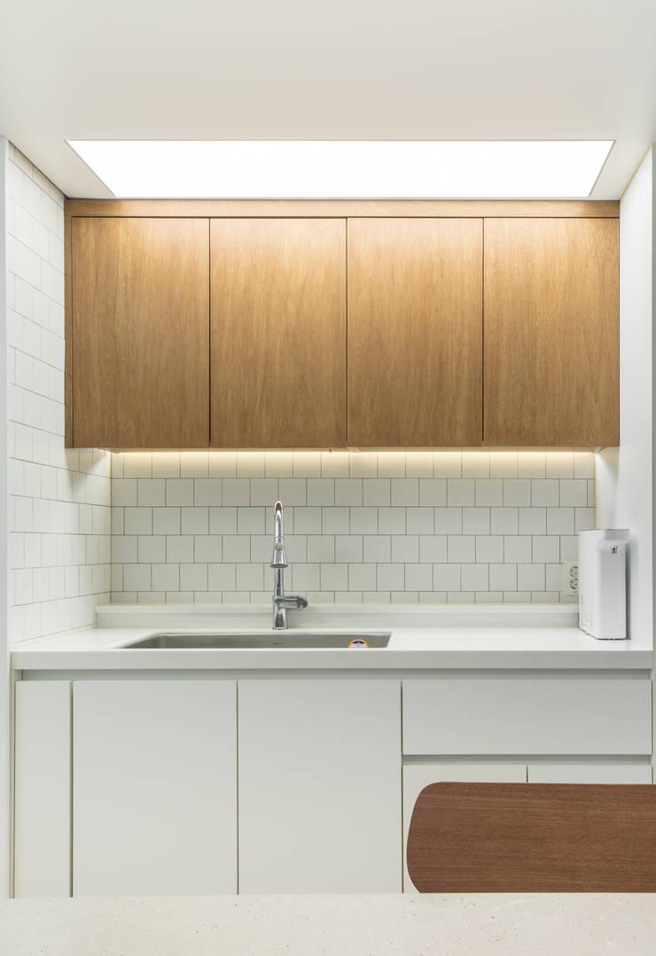 Кухни в . Автор – 모아디랩, Модерн